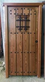 Puerta de una hoja, mide 95 cm x 1,90 cm de alta