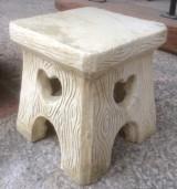 Taburetes de piedra artificial, miden 25x25 cm x 27 cm de altura.
