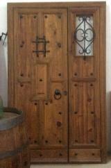 Puerta de exterior madera de pino con fijo lateral. Mide 1,40 cm ancho x 2,28 cm alto.