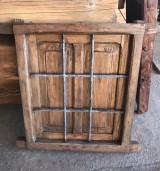 Ventana de madera con reja. Mide 57 cm x 67 cm de alta