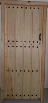 Puerta de madera de pino. Tabla clareada y clavos. Partida. Mide: 94 x 2,10 cm.