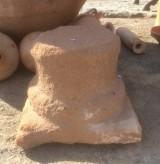 Base de piedra antigua de piedra arenisca erosionada, color rojizo. Mide 50x50x40 cm de alta.