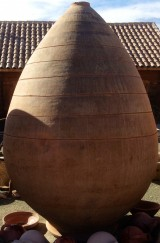 Tinaja de barro. Mide 2,60 cm altura x 1,70 cm diámetro.