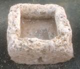 Pila de piedra. Mide 60 cm x 55 cm x 32 cm de alto