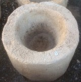 Pila de piedra arenisca. Mide 41 cm de diámetro x 34 cm de alta.