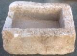 Pilón rectangular de piedra viva, mide 69 cm x 53 cm x 28 cm de alto.