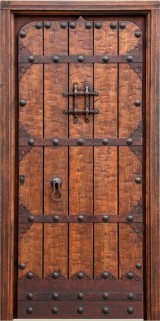 Puerta de una hoja apertura a derechas tallada, mide 1.09 cm x 2.18 cm de alta