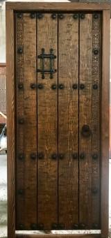 Medidas: 94 cm ancho x 2.09 cm alto. Con cerradura de seguridad, madera maciza de pino rojo. Apertura a izquierdas
