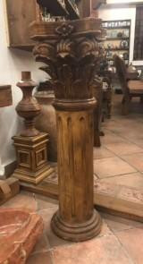 Columna tallada de madera. Mide 1.01 cm de alta x 25 cm x 25 cm de base
