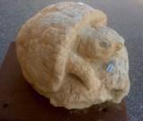 Escultura hecha en piedra natural con cincel y martillo. Mide 35 cm.