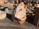 Fuente de piedra natural de roca. Mide: 1.10 cm ancho x 1.30 cm alto x 80 cm fondo