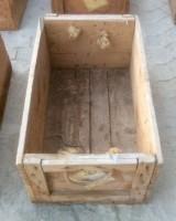 Cajón de madera. Mide 61 cm x 37 cm x 26 cm de alta.