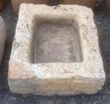 Pila de piedra amarillo travertino. Mide 52 cm x 45 cm x 16 cm de alto.