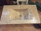 Lavabo de resina de encastrar y sobre encimera, color beige decorado con piedras. Medida 81 cm x 46 cm y altura 15 cm