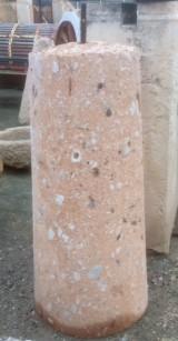 Rulo de piedra rojiza. Mide 51 cm de diámetro x 1.22 cm de alto