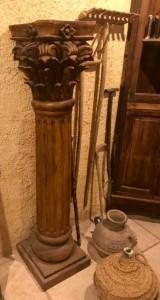 Columna tallada de madera. Mide 1.51 cm de alta x 39 cm x 39 cm de base
