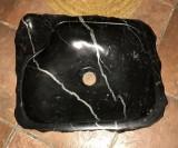 Lavabo de mármol negro marquina con jabonera. Mide 48 cm x 40 cm x 14 cm de alto