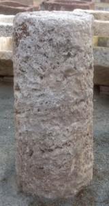 Rulo de piedra viva. Mide 36 cm de diámetro x 79 cm de alto.
