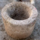 Pilón redondo de piedra arenisca. Mide 55 cm de diámetro x 42 cm de alto