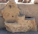 Fuente de piedra natural roca. Mide: 1.35 cm ancho x 1.10 cm alto x 40 cm fondo.