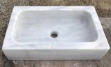 Fregadero de un seno en mármol blanco Macael. Mide 60 cm largo x 35 cm ancho x 15 cm alto.