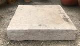 Piedra de sacrificio antigua. Mide 60 cm x 60 cm x 12 cm de gruesa
