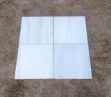 Losa de mármol blanco Macael, acabado mate apomazado, con parte trasera escatillada.