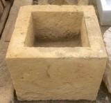 Pila de piedra arenisca. Mide 53 cm x 53 cm x 45 cm de alto.
