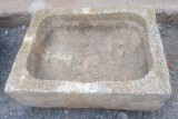 Pila de piedra viva. Mide 69 cm x 55 cm x 19 cm de alto.