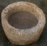 Pilón redondo de granito. Mide 55 cm de diámetro x 33 cm de alto.