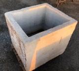 Pilón rectangular de piedra caliza con encimera. Mide 78 mt x 69 cm x 70 cm de alto.
