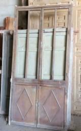 Alacena de madera antigua. Mide 1.07 cm de ancho x 2.15 cm de alto