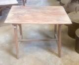 Mesa de madera pino. Mide 70 cm x 48 cm x 57 cm de alto