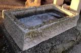 Pilón de piedra rectangular. Mide 1 mt x 58 cm x 22 cm de alto