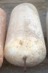 Rulo de piedra viva. Mide 60 cm de diámetro x 95 cm de alto.