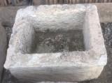 Pila de piedra arenisca. Mide 52 cm x 44 cm x 40 cm de alta