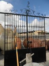 Puerta de 2 hojas de hierro antigua, restaurada, de recuperación. Con copete. Mide 2.75 cm de ancha x 3.15 cm de alta..