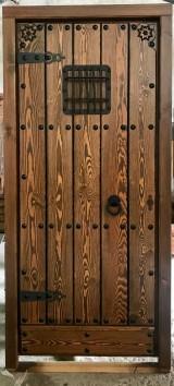 Medidas: 98 cm ancho x 2.07 cm alto. Con cerradura de seguridad, madera maciza de pino rojo. Apertura a izquierdas