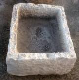 Pila de piedra caliza. Mide 61 cm x 50 cm x 24 cm de alto.