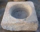 Pilón cuadrado de granito. Mide 86 cm x 82 cm x 36 de alto.