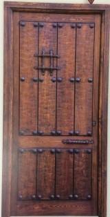 Medidas: 1,09 cm ancho x 2,18 cm alto. Con cerradura de seguridad, madera maciza de pino rojo